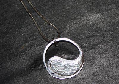 Hammered ying and yang pendant ú42