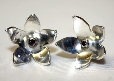 Blossom stud earrings with ruby ú42